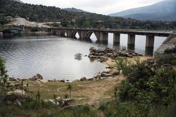 -Embalse de El Burguillo,  situado en la subcuenca del río Alberche dentro de la provincia de Ávila, en los términos municipales de El Tiemblo y El Barraco. España