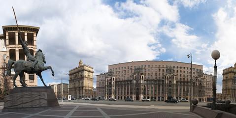 Russia, 27/04/2017: lo skyline di Mosca e il monumento al Comandante Bagration, generale russo di origine georgiana, in un giardino pubblico su via Kutuzovsky Prospect