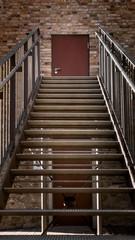 Moderne Treppe zu einem alten Gebäude