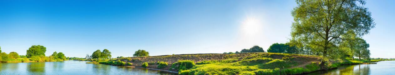 Wall Mural - Sommerliche Landschaft mit Bäumen, Sonne und Fluss