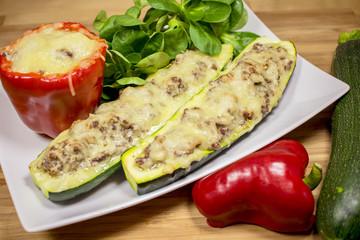 Gefüllte Paprika und Zucchini