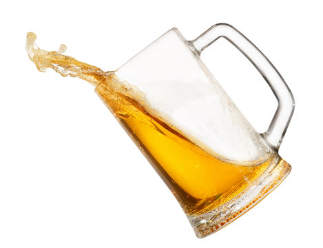 splashing beer in mug