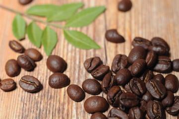 Кофейные зерна на деревянном фоне