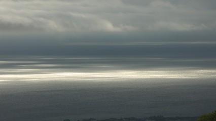 雲間から海面に差し込む光