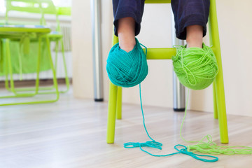 My mother does not know how to knit. Coils with threads dressed baby on the legs.