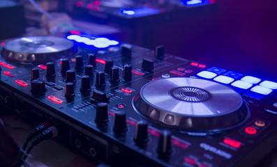 mesa de mezclas controladora de sonido en discoteca fiesta techno