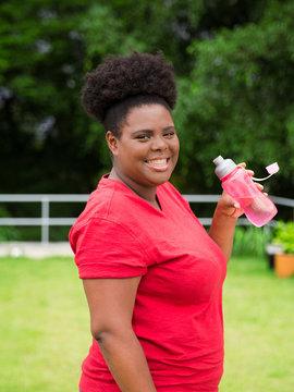 Mulher negra praticando esportes ao ar livre
