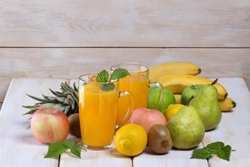 Натуральный сок из фруктов,фрукты