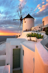 Fotomurales - Windmill in Oia Village in the Evening, Santorini, Greece