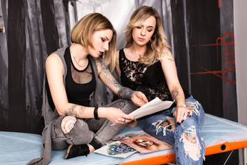 Fotoväggar - Tattoo artist in a studio