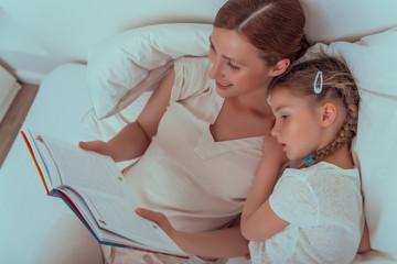 mutter liest kind gute nacht geschichte vor