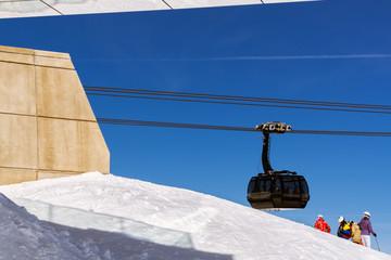 Skifahrer und Gondelbahn bei Gaislachkogl, Sölden, Tirol