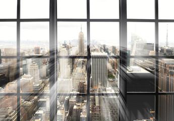 Duże panoramiczne okno z widokiem na miasto