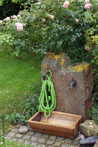 Wasserstelle Im Garten schrumpfschlauch an der wasserstelle im garten stockfotos und