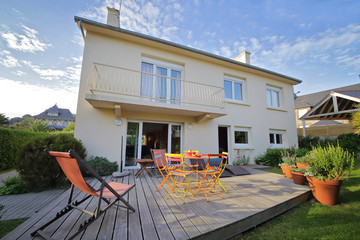 Fototapeta terrasse avec jardin maison en Bretagne obraz