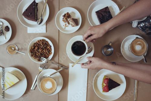 table garnie gourmande avec caf dans les mains 158633617. Black Bedroom Furniture Sets. Home Design Ideas