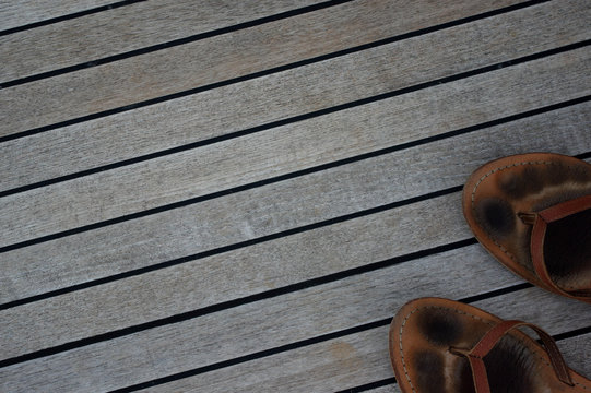 sandales sur le pont d'un bateau