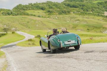 Fond de hotte en verre imprimé Vintage voitures Two friends with a vintage car