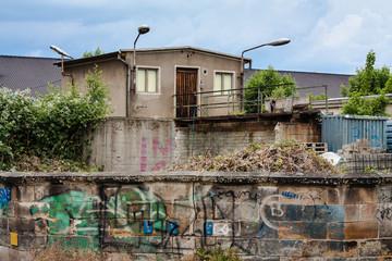 Sanierungsbedürftiges Haus in einer Großstadt