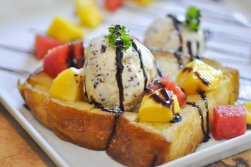 toast with ice cream and fruit topping