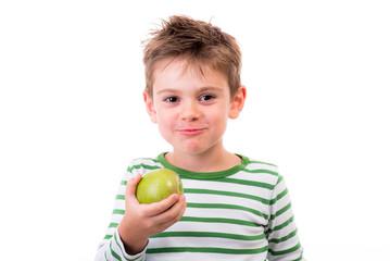 Kleiner Junge und sein Apfel