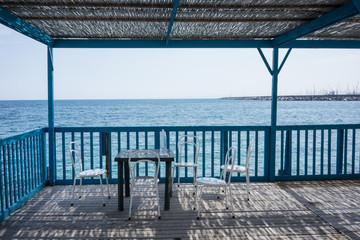 Un tavolino davanti al mare