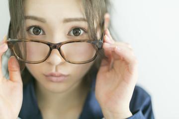メガネをかけたパジャマの女性