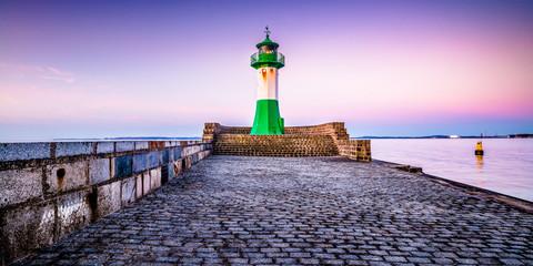 Leuchtturm am Hafen in Sassnitz auf Rügen, Ostsee
