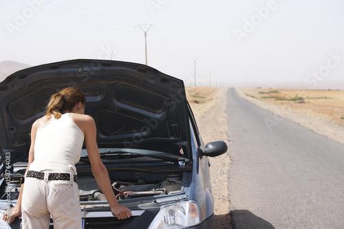 femme en panne de voiture seule au milieu du d sert photo libre de droits sur la banque d. Black Bedroom Furniture Sets. Home Design Ideas