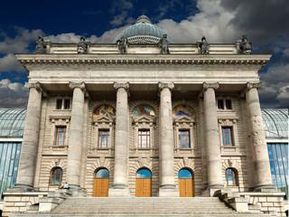 Bayerische Staatskanzlei Straußoleum wolken blau