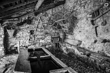 Savogno - Val Bregaglia (IT) - Antico lavatoio con attrezzi e utensili di una volta