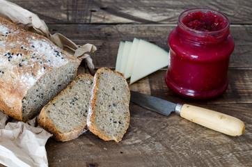 Pan sobre fondo de madera con queso y mermelada