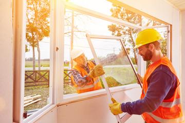 Handwerker montieren Fenster im Haus