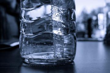 Wasserflasche mit Strohhalm