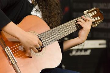 tocando instrumento