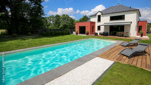 piscine avec terrasse dans jardin et maison moderne 1\