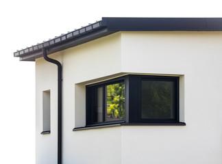 Dunkles Eckfenster aus Aluminium an einem modernen Wohnhaus mit Flachdach – Dark Corner window made of Aluminium on a modern residential house with flat roof