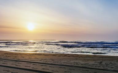 夕暮れの海岸風景