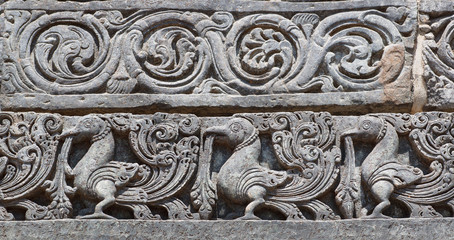 Stores à enrouleur Artistique Indian artwork on the Hindu temple walls with friezes, mythical swans and designed patterns. 12th centur Hoysaleshwara temple in Halebidu, India.