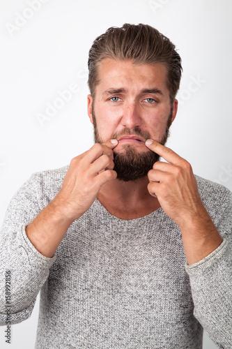 Mann schluchzend