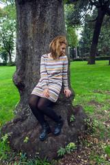 Ragazza davanti ad un albero nel parco