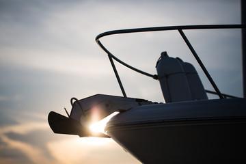 Silhouette eines Bootes im Gegenlicht