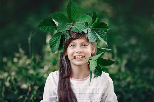 Девочка в венке из зеленых листьев