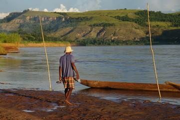 Pêcheur malgache se dirigeant vers sa pirogue - 2
