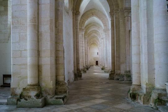 F, Burgund, Zisterzienserabtei Pontigny, Innenraum, Säulen