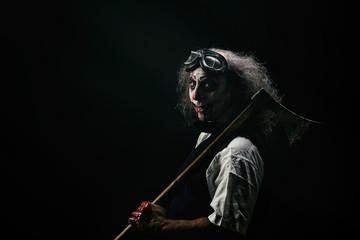 Portrait d'un clown sadique, une hache ensanglanté sur son épaule