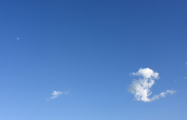 青空と月と雲(何、?、何かが起こりそうな予感などのイメージ)