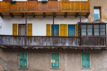 Fenster und Balkone aus Holz