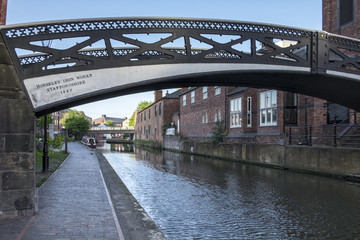 Photo sur Plexiglas Canal Old iron bridge spanning the industrial canal's of the city of Birmingham, England