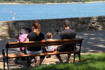 Familie auf einer Bank